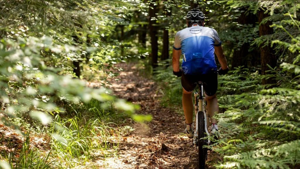 STÖBER formasıyla dağ bisikleti üzerinde hareket halinde