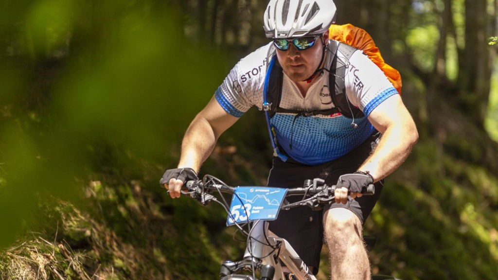 STOBER in Motion ekibi formaları, kaskları ile dağ bisikleti üzerinde